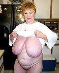 Reife Mutti mit total fetten Hängetitten in der Küche