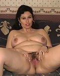 Reife Frau fingert sich ihre behaarte Fotze zum Orgasmus