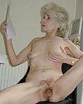 Nackte Oma mit faltiger Haut zeigt ihre behaarte Fotze