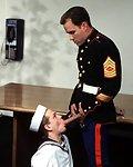 Junger Matrose bläst seinem Offizier den heissen Riemen.