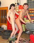 Hot Gays in der Autowerkstatt treiben es ganz hart.