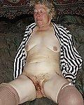 Nackte alte Oma alleine im Wohnzimmer