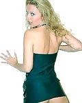 Blondine im sexy Minikleid zeigt ihre geilen Titten.