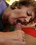 Die olle Oma vernascht ihre Enkel