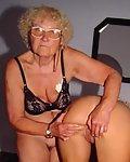 Heisse Oma macht geile Lesbenspiele mit der Enkelin.
