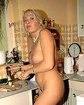 Alte Schlampe befriedigt sich in der Küche mit einer langen Gurke.